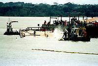 Às 10horas da manhã a balsa Miss Rondônia já está parcialmente fora da água, a medida que os técnicos enjetam ar comprimido nos tanques da balsa, ela projeta água de seu interior.<br />07/03/2000. Foto Paulo Santos/Interfoto