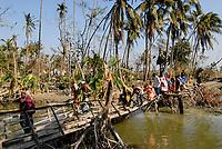 BANGLADESH, cyclone Sidr and high tide destroy villages in Southkhali in District Bagerhat destroyed bridge in village / BANGLADESCH, der Wirbelsturm Zyklon Sidr und eine Sturmflut zerstoeren Doerfer im Kuestengebiet von Southkhali