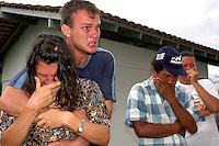 """Assassinato irmã Dorothy Stang <br /> Maria Rosário Souza Guzzo 46 anos e seu filho Giovane Guzzo 27, (primeiro plano) acompanham a saída do corpo de Dorothy Stang.<br /> <br /> Assassinato Dorothy StangO corpo da mission·ria americana irm"""" Dorothy Stang, da congragação Irmãs de Notre Dame, 73 anos, 28 dos quais na Amazônia, trabalhando com pequenos agricultores pela reforma agrária, È transportado por moradores e policiais para ser periciado em Belém. Dorothy como era conhecida em toda região da TransamazÙnica foi assassinada brutalmente as 7: 30 da manh"""" de ontem (12/02/2005) quando saia de uma casa no assentamento feito pelo Incra conhecido como  Esperança. Conforme o médico legista em seus levantamentos preliminares a religiosa foi morta com 9 tiros , dois dos quais na cabeça.Anapú, Pará, Brasil13/02/2005Foto Paulo Santos"""