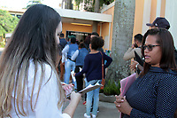 CAMPINAS, SP 23.04.2018-EMPREGO-Centenas de pessoas formaram uma longa fila na manha desta segunda-feira (23) na frente da Casa de Campo do hotel The Royal Palm Plaza na cidade de Campinas (SP). O Royal Palm Hall, Centro de Convenções do grupo Royal Palm Hotels & Resorts, está com vagas abertas para diversas áreas de atuação. No momento são cerca de 100 oportunidades de emprego para o funcionamento do empreendimento que está com o início de suas atividades previstas para junho deste ano. (Foto: Denny Cesare/Codigo19)
