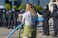 """Mehrere hundert Menschen versammelten sich nach einem anonymen Aufruf im Internet auf der Wiese vor dem Reichstagsgebaeude (Platz der Republik) um gegen die Einschraenkungen des oeffentlichen Lebens zur Eindaemmung der Covid-19-Pandemie zu protestieren. Unter ihnen viele Hooligans, Rechtsextreme, Anhaenger von Verschwoerungstheorien und Esoteriker. Sie riefen in Sprechchoeren """"Wir sind das Volk"""", """"Freiheit, Freiheit"""".<br /> Die Polizei versuchte, zunaechst erfolglos, die Menschen zum verlassen des Platzes zu bewegen. Ein Kamerateam der ARD wurde von einem Hooligan angegriffen. Dieser und andere aggressive Personen wurden festgenommen. Nach ca. 1 1/2 Stunden raeumte die Polizei den Platz.<br /> Im Bild: Eine Frau hat sich mit Filzstift auf ihren Pullover """"Freies Denken, Handeln, Sprechen. Keine Zwangsimpfung"""" geschrieben.<br /> 6.5.2020, Berlin<br /> Copyright: Christian-Ditsch.de<br /> [NUR FUER REDAKTIONELLE ZWECKE! Werbung nur auf Anfrage beim Fotografen. Inhaltsveraendernde Manipulation des Fotos nur nach ausdruecklicher Genehmigung des Fotografen. Vereinbarungen ueber Abtretung von Persoenlichkeitsrechten/Model Release der abgebildeten Person/Personen liegen nicht vor. NO MODEL RELEASE! Don't publish without copyright Christian-Ditsch.de, Veroeffentlichung nur mit Fotografennennung, sowie gegen Honorar, MwSt. und Beleg. Konto: I N G - D i B a, IBAN DE58500105175400192269, BIC INGDDEFFXXX, Kontakt: post@christian-ditsch.de<br /> Bei der Bearbeitung der Dateiinformationen darf die Urheberkennzeichnung in den EXIF- und  IPTC-Daten nicht entfernt werden, diese sind in digitalen Medien nach §95c UrhG rechtlich geschuetzt. Der Urhebervermerk wird gemaess §13 UrhG verlangt.]"""