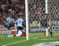 BOGOTA - COLOMBIA - 23-03-2016: Roberto Ovelar (Fuera de Cuadro), jugador de Atletico Junior, anota autogol  a Sebastian Viera, portero de Atletico Junior, durante partido aplazado por la fecha 4 entre Independiente Santa Fe y Atletico Junior, de la Liga Aguila I-2016, en el estadio Nemesio Camacho El Campin de la ciudad de Bogota./ Roberto Ovelar (Out of Pic), player of Atletico Junior, scores own goal to Sebastian Viera, goalkeeper of Atletico Junior, during a postponed match of the date 4 between Independiente Santa Fe and Atletico Junior, for the Liga Aguila I -2016 at the Nemesio Camacho El Campin Stadium in Bogota city, Photo: VizzorImage / Luis Ramirez / Staff.