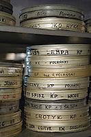 Europe/Pologne/Lodz: Ecole Supérieure d'art Cinématographique, Televisuel et Théatral rue Targowa ou furent formés Polanski, Wajda… les archives recèlent des boites avec des boites portant le nom d'élèves devenus célèbres.
