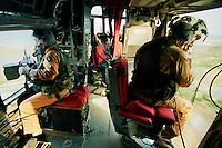 Nassiriya / Iraq 2006.Contingente italiano in Iraq. Missione Antica Babilonia..Mitraglieri a bordo di elicottero HH-3F in volo di pattugliamento..Foto Livio Senigalliesi..Nassiriya / Iraq 2006.Italian contingent in Iraq. Mission 'Antica Babilonia'..Machine-gunners on Helicopter HH 3F..Photo Livio Senigalliesi.