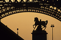 Europe/France/Ile-de-France/75007/Paris: Chevaux du pont Iéna et Tour Eiffel à l'aube - Vue depuis le Trocadéro