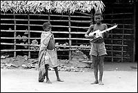 Mozambico, Africa, Pemba, bambini con chitarra