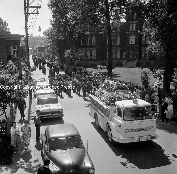 Les Funerailles du pompier mort dans l'incendie sur la rue Saint-Jean sont celebrees le 15 juin 1966.<br /> <br /> On remarque le camion de la marque International Trucks<br /> <br /> Des photos de cet incendie sont aussi disponibles.<br /> <br /> PHOTO :  Agence Quebec Presse - Photo Moderne