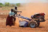 MALAWI, Lilongwe, hand tractor training for women small scale  farmer / MALAWI, Lilongwe, GIZ Projekt gruene Innovationszentren, Handtraktor Training fuer Kleinbauern am Natural Resources College NRC, Farmerin Grace Matumola, 48, aus Dorf Jumpha