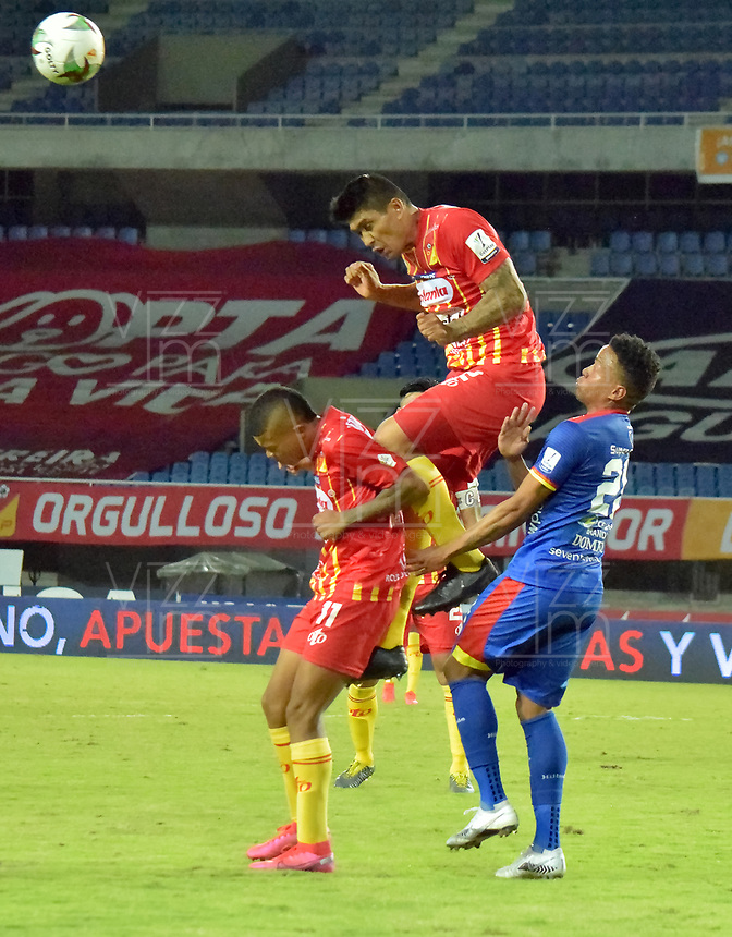PEREIRA - COLOMBIA, 15-11-2020: Camilo Mena y Sebastian Puerta del Pereira disputan el balón con Jhon Pajoy del Pasto durante partido por la fecha 20 de la Liga BetPlay DIMAYOR 2020 entre Deportivo Pereira y Deportivo Pasto jugado en el estadio Hernan Ramirez Villegas en Pereira. / Camilo Mena and Sebastian Puerta of Pereira struggle the ball with Jhon Pajoy of Pasto during match for the for the date 20 as part of BetPlay DIMAYOR League 2020 between Deportivo Pereira and Deportivo Pasto played at Hernan Ramirez Villegas stadium in Pereira city.  Photo: VizzorImage / Pablo Bohorquez / Cont
