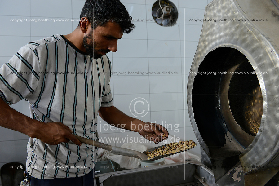 TURKEY, Nizip, factory for processing of pistachio after harvest, pistachio are salted and roasted / TUERKEI, Nizip, Fabrik fuer Verarbeitung von Pistazien, die gesalzen und geroestet werden
