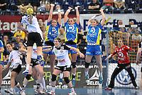 Handball Bundesliga Frauen - Playoff Finale um die deutsche Meisterschaft. Zum Hinspiel empfängt der Handballclub Leipzig (HCL) den Thüringer HC (THC). .IM BILD: Jessy Kramer (HCL), Maura Visser (HCL), Natalie Augsburg (HCL) (v.l.) steigen zur Abwehr des Balles von Nadeshda Nadgornaja .Foto: Christian Nitsche