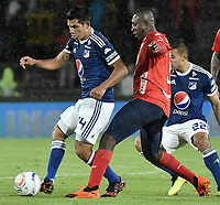 BOGOTA - COLOMBIA, 04-08-2018: David Macalister Silva (Izq) jugador de Millonarios disputa el balón con Juan F Caicedo (Der) jugador de Deportivo Independiente Medellín durante partido por la fecha 3 de la Liga Águila II 2018 jugado en el estadio Nemesio Camacho El Campin de la ciudad de Bogotá. / David Macalister Silva (L) player of Millonarios fights for the ball with Juan F Caicedo (R) player of Deportivo Independiente Medellin during the match for the date 3 of the Liga Aguila II 2018 played at the Nemesio Camacho El Campin Stadium in Bogota city. Photo: VizzorImage / Gabriel Aponte / Staff.