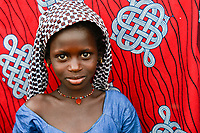 MALI, Bamako, IDP camp Niamana, after ethnic clashes between Peulh and Dogon many people left their villages and took shelter in Niamana, Peulh girl / Flüchtlingslager Niamana, Peul Fluechtlinge aus der Region Mopti, zwischen den Ethnien Peul und Dogon kam es in der Region Mopti zu gewaltsamen Auseinandersetzungen, Peul Maedchen