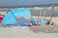 Buddelequipment der Badegäste am Hauptstrand von Wangerooge - Wangerooge 20.07.2020: Flug nach Wangerooge