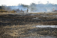 ETHIOPIA, Southern Nations, Lower Omo valley, Kangaten, burning of bush forest for large agricultural  farms for cultivation of sugarcane with planned irrigation from Omo river which will have a negative environmental impact for the Omo valley and the Turkana lake / AETHIOPIEN, Omo Tal, Abbrennen von Buschwald fuer grosse landwirtschaftliche Farmen bei Kangaten fuer Anbau von Zuckerrohr mit geplanter massiver Bewaesserung aus dem Omo Fluss