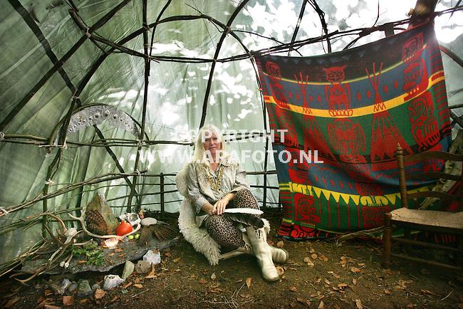 Vierakker, 281005<br /> Dame wil rituelen onder de aandacht brengen. Ze zit In een zelfgebouwde indianentent. <br /> <br /> Foto: Sjef Prins- APA Foto