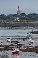 Royaume-Uni, îles Anglo-Normandes, île de Guernesey, Saint-Samson: grève et bateaux en fond le clocher de Vale// United Kingdom, Channel Islands, Guernsey island, St-Samson