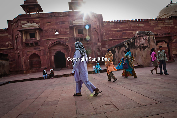 Visitors seen at the Fatehpur Sikri Palace Complex in  Fatehpur Sikri, close to Agra, Uttar Pradesh in India. Photo: Sanjit Das/Panos pour Le Point