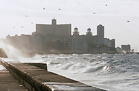 Cuba/La Havane: Le Malecon et le front de mer, en fond les tours de l'hôtel Nacional