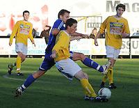 SC Wielsbeke - SK Sint-Niklaas : Arne Beeuwsaert aan de bal voor de afblokkende Steven Schurmann.foto VDB / BART VANDENBROUCKE