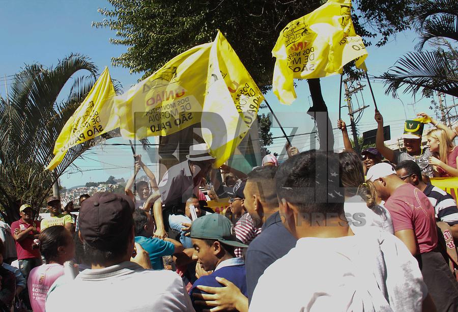 SÃO PAULO,SP, 22.08.2015 - PROTESTO-SP - Manifestantes realizam protesto por moradia na Praça Inácio Dias em Perus região noroeste da cidade de São Paulo na manhã deste sábado (22) pouco antes da chegada do Prefeito Fernando Haddad no local. ( Foto Marcio Ribeiro / Brazil Photo Press)
