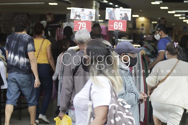 Campinas (SP), 06/08/2021 - Comercio/Dia dos Pais - Movimentacao nesta sexta-feira (6) na rua 13 de Maio, centro comercial na cidade de Campinas, interior de Sao Paulo. A partir desta sexta-feira (6), comercios, shoppings, restaurantes e servicos de Campinas (SP) podem funcionar ate a meia-noite sem restricao do horario de entrada dos consumidores. O decreto com a mudanca foi publicado no Diario Oficial. Vendas de Dia dos Pais deve crescer 22,8% na regiao de Campinas. (Foto: Denny Cesare/Codigo 19/Codigo 19)