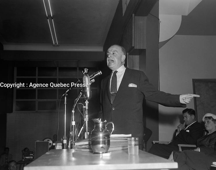 Assemblee de L'Union Nationale a Chicoutimi - Discours d'Antonio Talbot devant Antonio Barrette<br /> Date : 9 juin 1960<br /> <br /> <br /> Photographe : Photo Moderne - Agence Quebec Presse