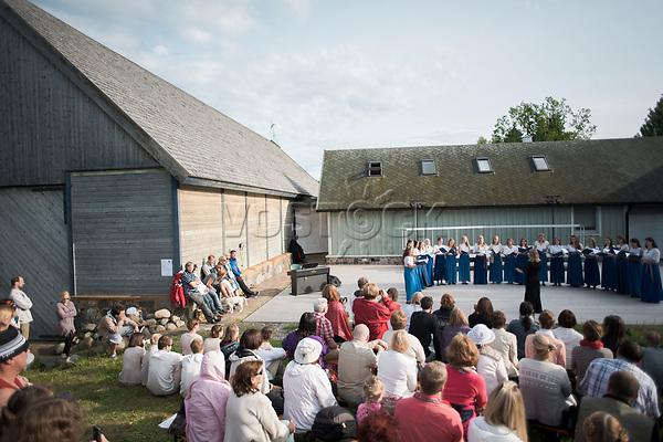 Estland, Zuschauer beim ersten Nargen Gesangs-Festival auf der Insel Naissaar in Estland <br /> <br /> Engl.: Europe, the Baltic, Estonia, Naissaar island, first Naissaar Song Celebration, song festival, culture, visitors, choir, singers, 28 June 2014<br /> <br /> || Sieben herausragende Accapella-Choere aus Estland singen Lieder mit Bezug auf das Meer und geben auch schon einen kleinen Vorgeschmack auf das Repertoire des grossen Saengerfeste in Tallinn, 28.06.2014
