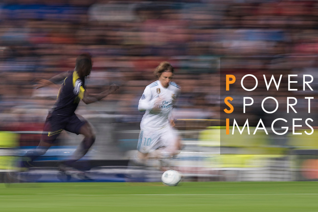 Luka Modric of Real Madrid (R) fights for the ball with Davinson Sanchez of Tottenham Hotspur FC (L) during the UEFA Champions League 2017-18 match between Real Madrid and Tottenham Hotspur FC at Estadio Santiago Bernabeu on 17 October 2017 in Madrid, Spain. Photo by Diego Gonzalez / Power Sport Images