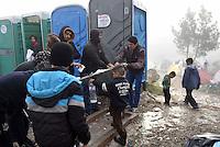 GRIECHENLAND, 08.03.2016, Idomeni. Internationale Fluechtlingskrise auf der Balkanroute: Fluechtlinge und Migranten sind in provisorischen Zeltlagern gefangen vor der geschlossenen Grenze zu Mazedonien. Toiletten. | International refugee crisis on the Balkan route: Refugees and migrants are trapped in makeshift tent-camps on the closed border to Macedonia. Toilets.<br /> © Tomislav Georgiev/EST&OST