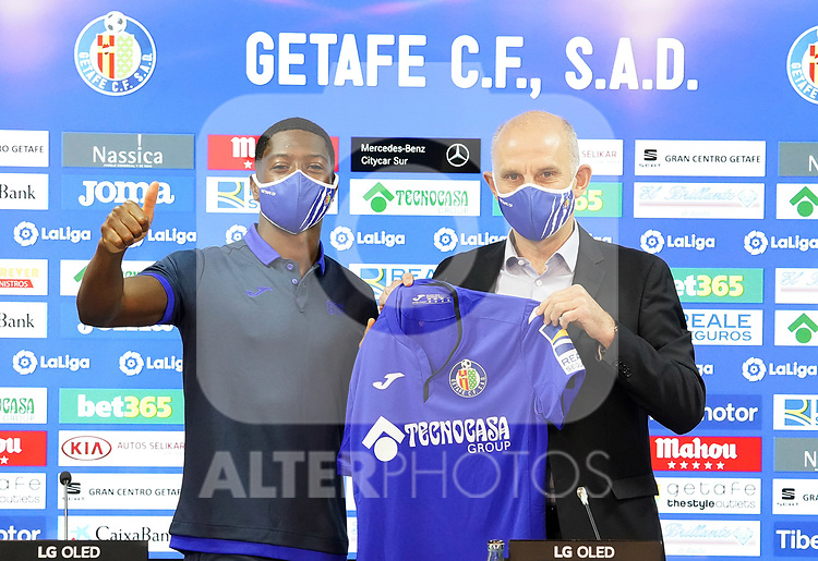 Getafe CF's new player Abdoulay Diaby (l) with the General Manager Angel Martin during his official presentation. October 7, 2020. (ALTERPHOTOS/Acero)