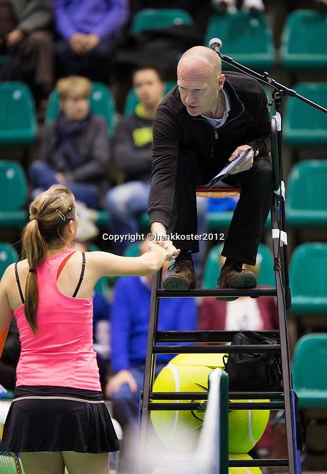 14-12-12, Rotterdam, Tennis Masters 2012, Quirine Lemoine  shekes hands with the umpire after her match against Angelique van der Meet