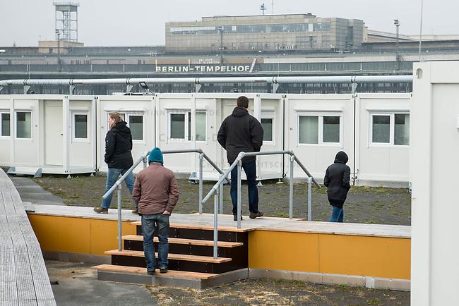 Gemeinschaftsunterkunft fuer Gefluechtete in den Tempohomes auf dem Vorfeld des ehemaligen Flughafens Tempelhof.<br /> Die Containerunterkuenfte sollen ab der 2. Dezemberwoche 2017 mit fuer Gefluechtete eroeffnet werden.<br /> Im Bild: Polizeibeamte machen einen Rundgang.<br /> 1.12.2017, Berlin<br /> Copyright: Christian-Ditsch.de<br /> [Inhaltsveraendernde Manipulation des Fotos nur nach ausdruecklicher Genehmigung des Fotografen. Vereinbarungen ueber Abtretung von Persoenlichkeitsrechten/Model Release der abgebildeten Person/Personen liegen nicht vor. NO MODEL RELEASE! Nur fuer Redaktionelle Zwecke. Don't publish without copyright Christian-Ditsch.de, Veroeffentlichung nur mit Fotografennennung, sowie gegen Honorar, MwSt. und Beleg. Konto: I N G - D i B a, IBAN DE58500105175400192269, BIC INGDDEFFXXX, Kontakt: post@christian-ditsch.de<br /> Bei der Bearbeitung der Dateiinformationen darf die Urheberkennzeichnung in den EXIF- und  IPTC-Daten nicht entfernt werden, diese sind in digitalen Medien nach §95c UrhG rechtlich geschuetzt. Der Urhebervermerk wird gemaess §13 UrhG verlangt.]