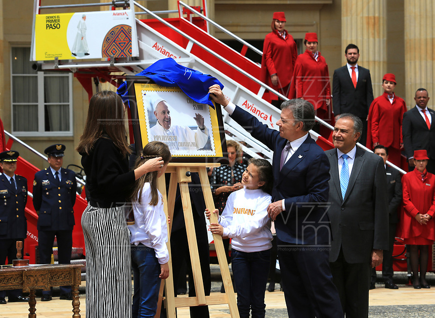 BOGOTÁ - COLOMBIA, 28-08-2017: Juan Manuel Santos, presidente de Colombia, devela la estampilla conmemorativa durante la presentación del papa móvil, la estampilla y la tripulación para la visita del papa Francisco. El Papa Francisco realiza la visita apostólica a Colombia entre el 6 y el 11 de septiembre de 2017 llevando su mensaje de paz y reconciliación por 4 ciudades: Bogotá, Villavicencio, Medellín y Cartagena. / Juan Manuel Santos, president of Colombia, reveals the conmemorative stamp during the launch of the Popemovil, stamp and crew to the visit of the Pope Francisco. Pope Francisco made the apostolic visit to Colombia between September 6 and 11, 2017, bringing his message of peace and reconciliation to 4 cities: Bogota, Villavicencio, Medellin and Cartagena Photo: VizzorImage / Jose Miguel Gómez / Prensa Episcopado Colombiano