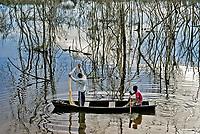 Pescadores em canoa pescam em area inundada pela construcao da UHE Usina Hidreletrica de Belo Monte, Vitoria do Xingu. Para. 2017. Foto Luciana Whitaker