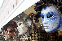 Maschere di Carnevale in vendita al mercato di souvenir al Ponte di Rialto, Venezia.<br /> Carnival masks on sale at the souvenir market of Rialto Bridge in Venice.<br /> UPDATE IMAGES PRESS/Riccardo De Luca