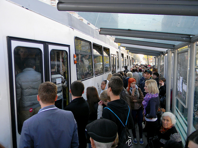 ROUMANIE, Bucarest, Piata Unirii, 9.11.2011.  Gens du transport publique. La foule se buscule au terminus du tram 32. © Ioana Constantina/ Florian Iancu