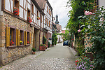 Deutschland, Rheinland-Pfalz, Suedliche Weinstrasse, Bad Bergzabern: Altstadtgasse, im Hintergrund Turm der Marktkirche | Germany, Rhineland-Palatinate, Southern Wine Route, Bad Bergzabern: Old Town lane, at background Market Church