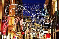Straten zijn feestelijk verlicht tijdens de feestdagen