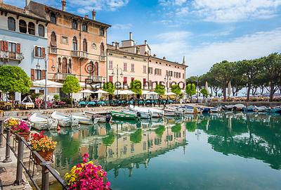 Italy, Lombardia, Desenzano del Garda: the old harbour - Porto Vecchio | Italien, Lombardei, Gardasee, Desenzano del Garda: der alte Hafen - Porto Vecchio
