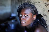 ZAMBIA Ndola township Nkwazig, HIV orphans / SAMBIA Ndola im Copperbelt, township Nkwazig, katholische Kirche betreibt ein Counselling Center fuer Aids Waisen und -kranke, Maedchen Concilia 15 Jahre hat ihre Eltern durch Aids verloren