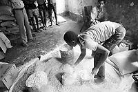 - distribution of humanitarian helps in Inhaminga village, province of Sofala, previously under the control of RENAMO guerrilla....- distribuzione di aiuti umanitari nel villaggio di Inhaminga, in provincia di Sofala, a suo tempo sotto il controllo dei guerriglieri della RENAMO