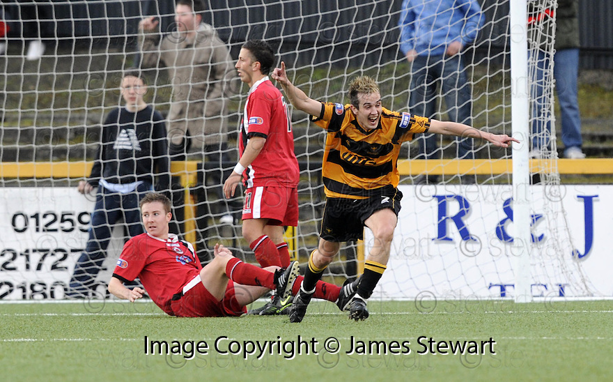 30/04/2008   Copyright Pic: James Stewart.File Name : sct_jspa02_alloa_v_clyde.ANDY SCOTT CELEBRATES AFTER HE SCORES ALLOA'S FIRST.James Stewart Photo Agency 19 Carronlea Drive, Falkirk. FK2 8DN      Vat Reg No. 607 6932 25.Studio      : +44 (0)1324 611191 .Mobile      : +44 (0)7721 416997.E-mail  :  jim@jspa.co.uk.If you require further information then contact Jim Stewart on any of the numbers above........