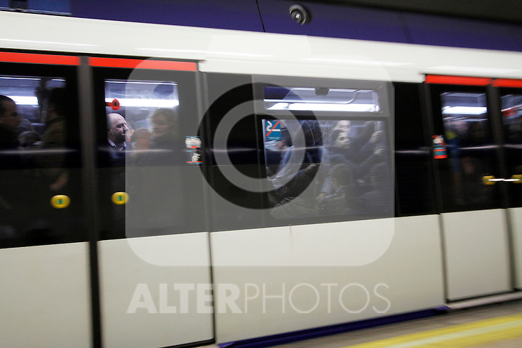 European General Strike.A subway car full of passengers on the early hours of the morning.November 14,2012. (ALTERPHOTOS/Carlos Rojo)