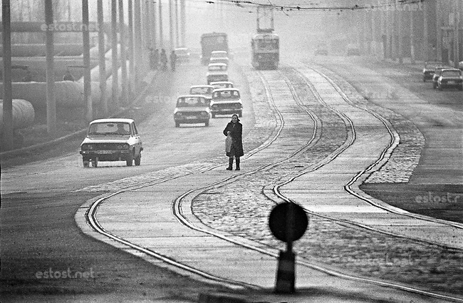 RUMAENIEN, 03.88.Bukarest.Drumul Taberei: Dacia cars and tram tracks in a city that has now become hostile to its people..© Andrei Pandele/EST&OST