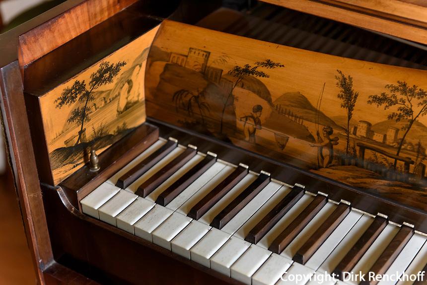 Klavier im Wörlitzer Schloss, Parkanlage Wörlitzer Garten, Sachsen-Anhalt, Deutschland, Europa, UNESCO-Weltkulturerbe<br /> Piano in Wörlitz Palace, Wörlitz Gardens, Saxony-Anhalt, Germany, Europe, UNESCO-World Heritage