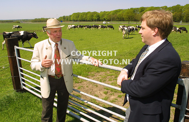 Doorwerth, 100501  foto: Koos Groenewold / APA Foto<br />Dhr Schouten(melkveehouder) en Dhr Bragt, Adviseur Accon