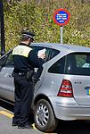 ESP, Spanien, Andalusien, Provinz Málaga, Costa del Sol, Mijas: Polizist verteilt Strafzettel, Parkverbotsschild | ESP, Spain, Andalusia, Province Málaga, Costa del Sol, Mijas: policeman writing ticket, no parking sign
