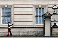 LONDRES-UK-25-05-2013. Cambio de guardia en frente del Palacio de  Buckingham, Londes. Guard performs the Changing of the Guard in Buckingham Palace, London. Photo: VizzorImage