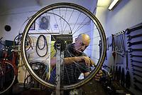 Filiberto Di Gaetano, 83 anni, nel suo negozio dove ripara biciclette dal 1936 a San Lorenzo, quartiere storico di Roma..Filiberto Di Gaetano, 83 years, repairs bike in his shop since 1936.old man in San Lorenzo, historic district of Rome...